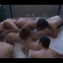 ベッドに縄で拘束された美女に男6人が襲いかかり、交代で挿入しレイプ!全員でどっぷり中出しする陵辱プレイ