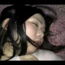【無修正 昏睡】誤ってヤリサーに入ってしまった女子大生が寝ている途中に犯されてる・・・