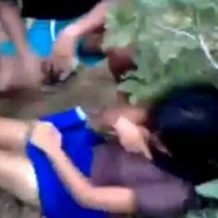 【無修正 ロリ】誰もいない茂みに連れて行かれた少女が男達に犯されていくガチレイプ動画・・・