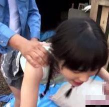 【ロリレイプ動画】塾帰りのJS少女を野外輪姦!労働者の臭いチンポ2本で処女マンコを犯す…