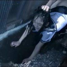【青姦レイプ動画】雨宿りしてる女子校生を路地裏に引き釣り込んで中出し強姦…