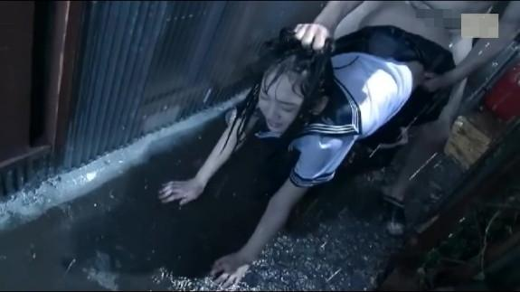 【ロリレイプ】雨宿りしてるJKを路地裏に引き釣り制服姿のまま中出し強姦...