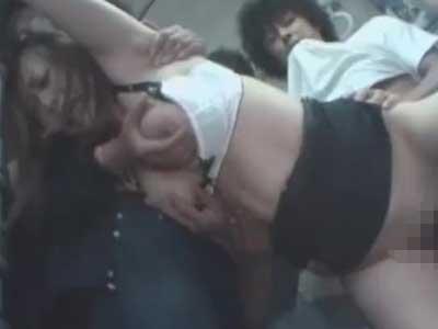 【集団レイプ】「嫌ぁやめてぇ…」川崎の貧困地区を走るバス内で無知な女子大生を輪姦陵辱・・・