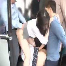【露出レイプ動画】満員電車で女子校生を陵辱し助けに入った女教師もろとも中出し輪姦…