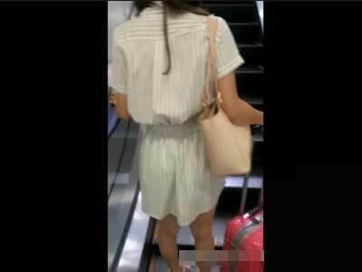 【痴漢】電車内でスカート履いた女を狙い、逆さ撮りしながらまんこを触るガチ映像!