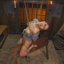 【SM動画】人妻を緊縛拘束して三角木馬で鬼畜拷問!両足に石を縛り付けられ絶叫悶絶…