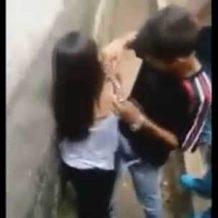 女の子が男たちに性的ないじめを受け、フェラをさせられマンコを公開させられる!