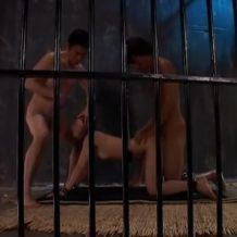 【監禁レイプ動画】茶髪ギャルを地下牢に閉じ込めて拘束輪姦!2本の生チンポで残虐に犯され号泣…