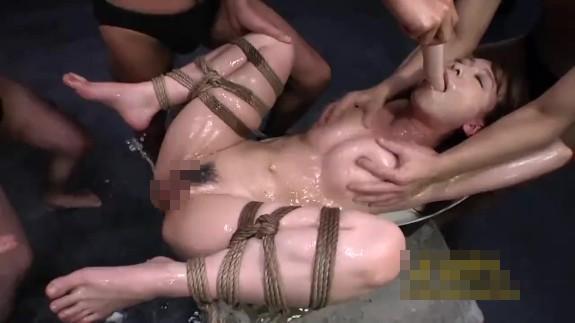 男たちの肉便器状態のギャルが小便とザーメンまみれにされて陵辱される…