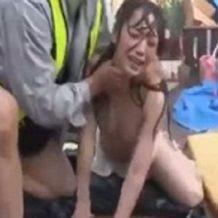 逃げる人妻においかける作業員…!どしゃ降りの中、悲痛な叫びも虚しく中出しレイプされる巨乳美女
