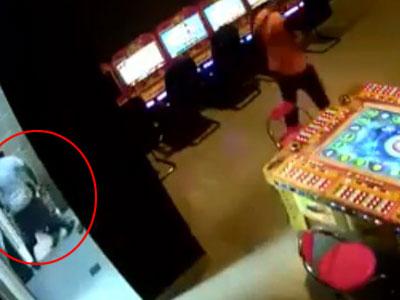【本物レイプ】JSを犯す映像が海外ゲーセンの防犯カメラに映っていた...