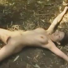 【レイプ動画】戦場にて捉えられた女兵士が山奥で強姦同然の拷問地獄...