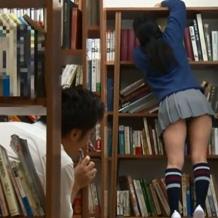 学校の図書館でミニスカで見えそうな状態で掃除してるJKに興奮した同級生がワレ目に手を伸ばすwマンコいじり倒してたらまさかのお漏らしする末路www
