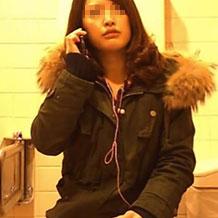 美人ギャルが洋式トイレでおしっこする様子を正面に仕掛けたカメラで盗撮!