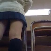 【ガチ盗撮】教室内でJKの逆さ撮り!黒い下着がばっちり映ってるw