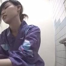 【無修正盗撮】和式トイレに仕掛けたカメラが浴衣姿の女の子たちを正面から…