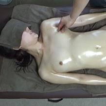 【無修正盗撮】全裸でローターや電マで卑猥マッサージを受ける色白娘