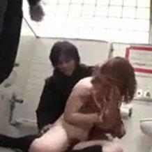 【無修正レイプ】多目的トイレの中で男二人に襲われたギャルが輪姦される