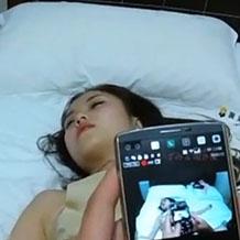 【無修正】昏睡している女性をスマホを弄りながらハメ撮りレイプ!