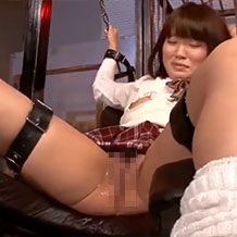 【無修正】拘束された制服JKが玩具責めで大量潮吹き!