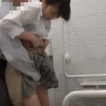 【無修正】多目的トイレで彼氏に弄られて激しく犯されちゃうJK