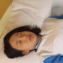 【無修正】ベッドで微動だにしない昏睡女性がハメ撮りされる!